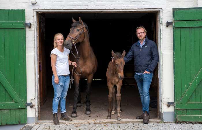 Janna und Jan Hansen mit Stute und Fohlen